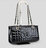 Стильная лаковая компактная женская сумочка черного цвета