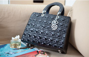 Модная лаковая сумка со стеганной текстурой в стиле fashion
