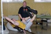 Тренер-реабилитолог лечит спину с помощью доски Евминова